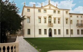 vantaggi del legno: serramenti per villa storica
