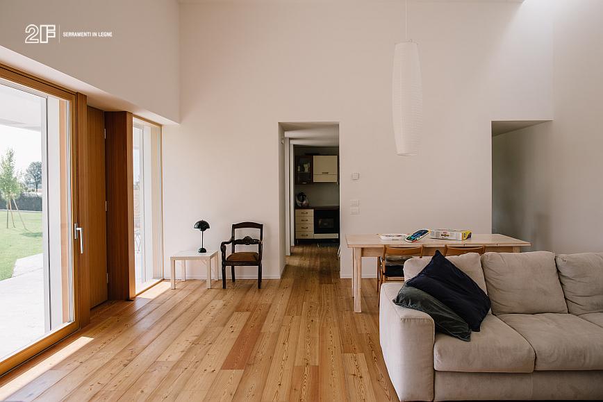 Serramenti in legno con grandi specchiature per un'abitazione moderna di Vicenza - 6