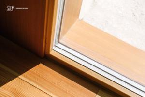 Serramenti in legno con grandi specchiature per un'abitazione moderna di Vicenza - 12