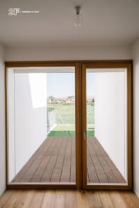 Serramenti in legno con grandi specchiature per un'abitazione moderna di Vicenza - 13