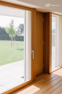 Serramenti in legno con grandi specchiature per un'abitazione moderna di Vicenza - 15