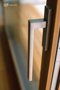 Serramenti in legno con grandi specchiature per un'abitazione moderna di Vicenza - 16