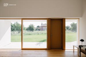Serramenti in legno con grandi specchiature per un'abitazione moderna di Vicenza - 5