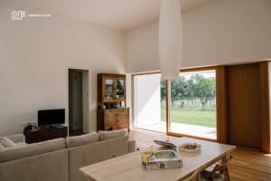 Serramenti in legno con grandi specchiature per un'abitazione moderna di Vicenza - 8