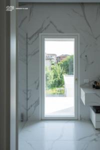 Villa liberty contemporanea - serramenti in legno laccato bianco - 11