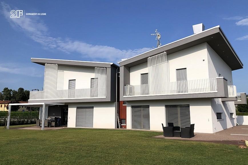 Abitazione moderna con giardino a Costabissara (Vicenza) - serramenti in legno Clima 80 di 2F - 1